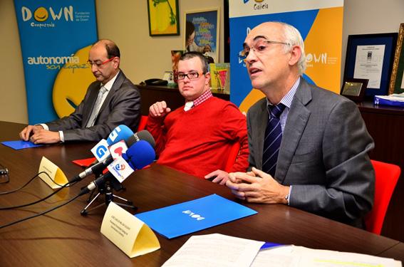 O Presidente da SGXX, Prof. Millán Calenti e o Presidente da Federación Down Galicia, asinan o acordo en presencia de Juanjo da Asociación Down de Ferrol.